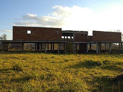 Už od roku 1988 brání výhledu na zámeček v Seči, nyní městský úřad, napůl zbořené, nikdy nedostavěné nákupní středisko.