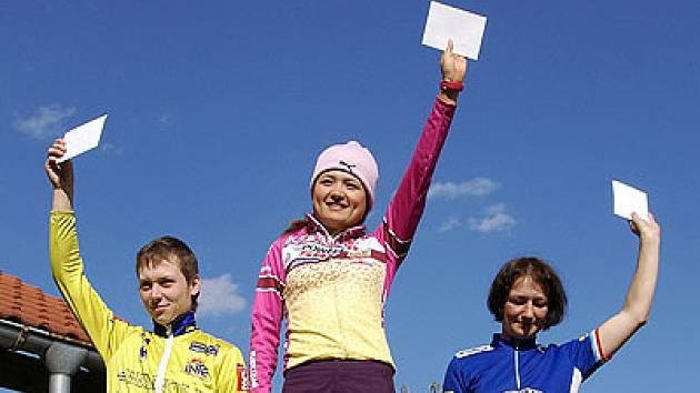Až ze země vycházejícího slunce zavítala ke hradu Košumberk japonská cyklokrosařka Ayako Toyooka z Osaky (na stupních vítězů).