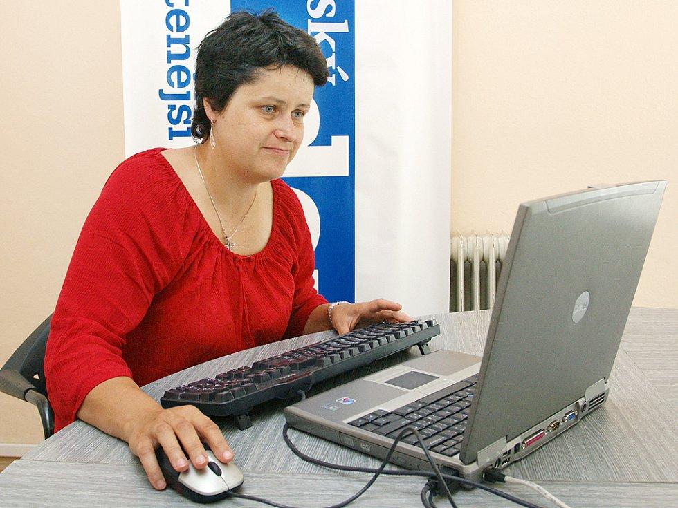 Petra Lášková odpovídá na dotazy čtenářů v redakci Chrudimského deníku.