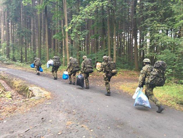 Patrola vojáků se pytlů neštítila.