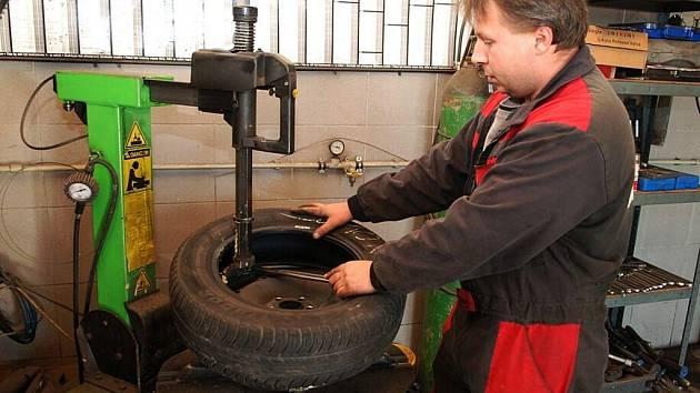 Také v třemošnickém autoservisu mají před začátkem zimy plné ruce práce s výměnou pneumatik.