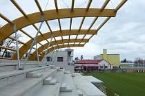 Tribuna fotbalového stadionu v chrudimské Novoměstské ulici roste do své konečné podoby.