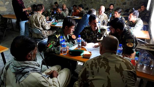 Příslušníci výcvikového a poradního týmu OMLT mezi nimiž jsou i chrudimští vojáci v Kábulu mimo jiné i pomáhají s výcvikem 6. pěšího kandaku Afghánské národní armády.