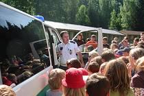 Policisté jezdí za dětmi na tábor v rámci preventivního programu.