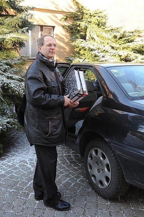 Jiří Dušek přiváží petici s více než pěti tisíci podpisy.