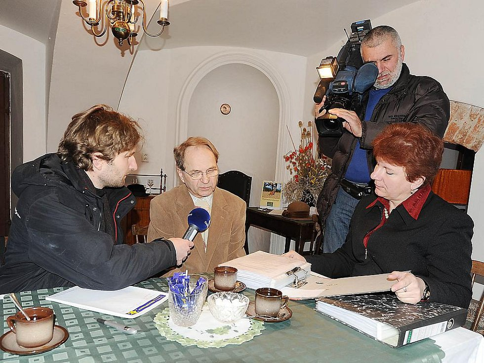 Organizátor petice proti privatizaci kladrubského hřebčína Jiří Dušek a slatiňanská kastelánka Lenka Gotthardová.