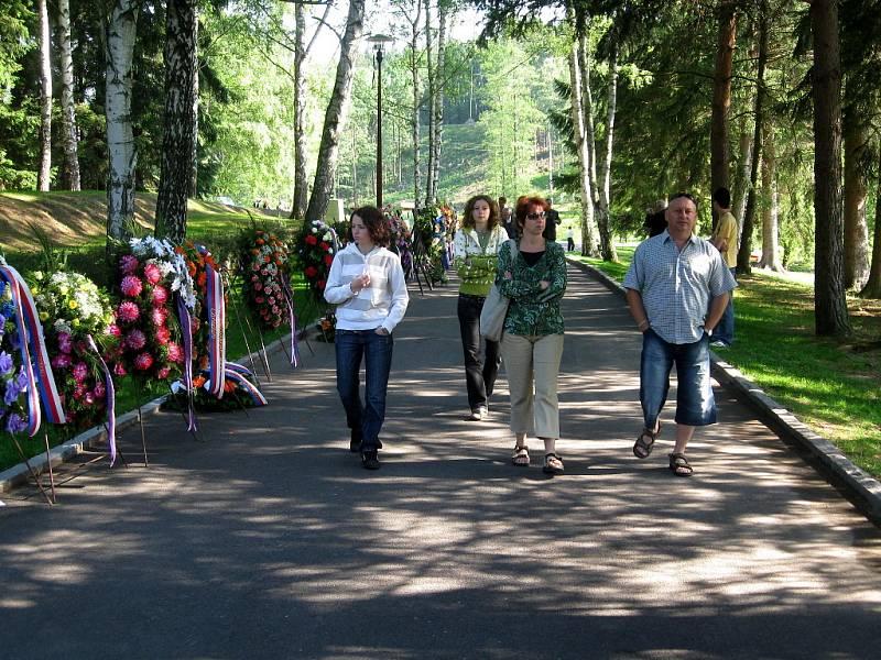 V památníku v Ležákách se konal pietní akt k 67. výročí vypálení osady.