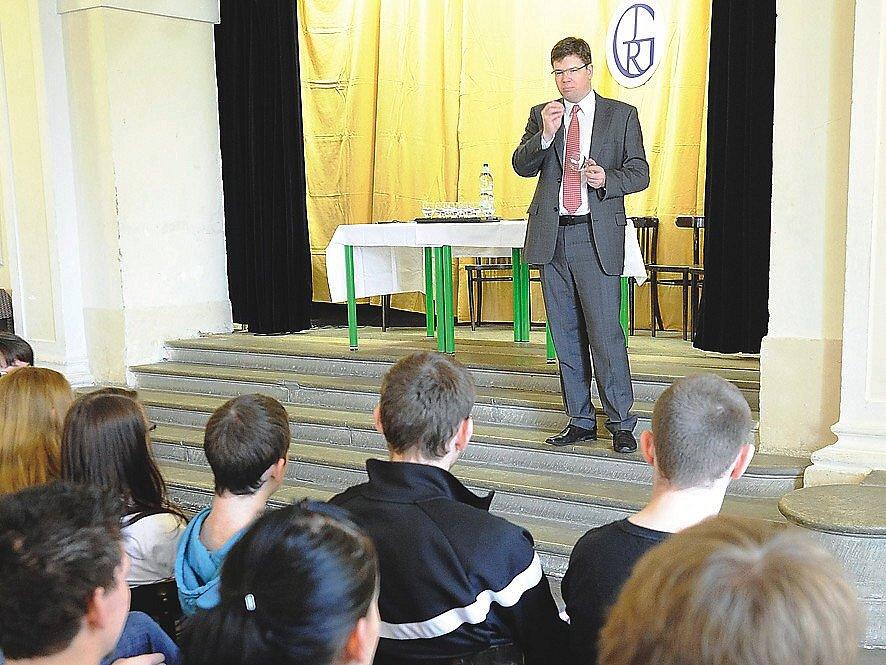 Ministr spravedlnosti Jiří Pospíšil (ODS) diskutoval se studenty chrudimského gymnázia.