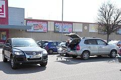 Podvodníci se snaží oslovit například řidiče na parkovištích před nákupními centry.
