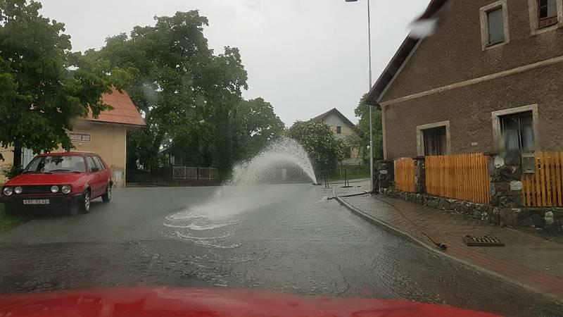 V Kovářově hasiči odčerpávají vodu z přetékající místní nádrže-