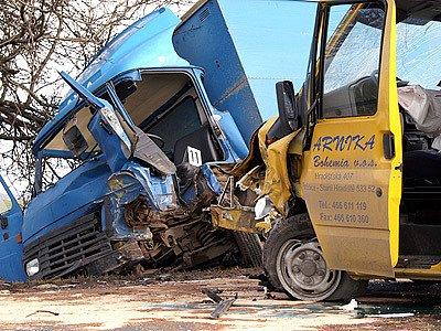 Při srážce dvou nákladních automobilů byl vážně zraněn jeden z řidičů.