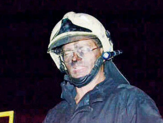 Tvář hasiče vykazuje velkou únavu.