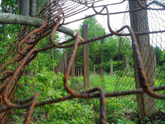Areál muničního skladu vlesích uChrasti.