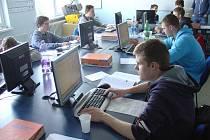 Chrudimští studenti pracují s CNC systémem Heidenhain.