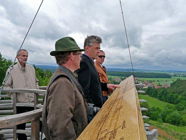 Na vyhlídkové plošině rozhledny Bára byla nově instalována panoramatická mapa.