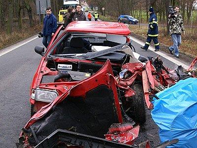 Zcela zdemolovaná Škoda Felicie.