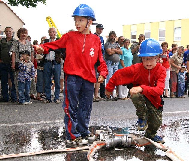 Závody v požárním útoku v Seči, které byly součástí oslav, zahájili nejmladší zdejší hasiči.