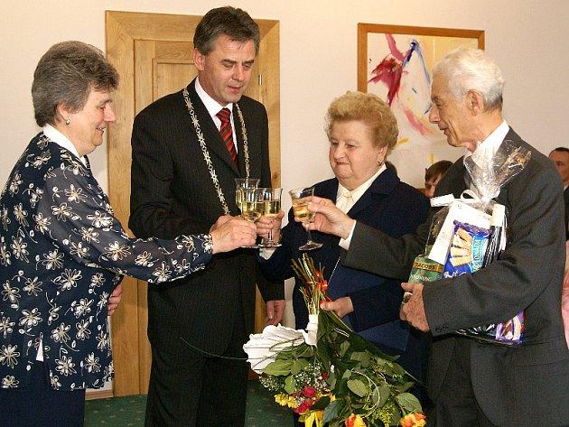 Za přítomnosti místostarosty Petra Řezníčka si manželé Marie a František Tománkovi po poadesáti společných letech zopakovali své ano.