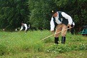 Soutěž v sečení trávy měla letos poprvé mezinárodní účast. Soutěžící podporovaly i jejich partnerky.