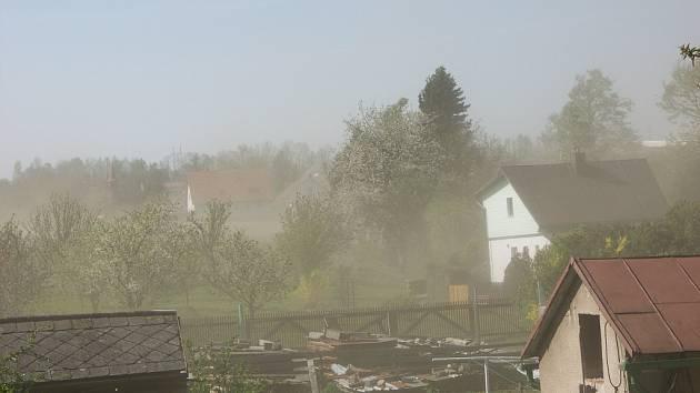 """""""Pouštní bouři"""" způsobila v Holetíně kombinace suchého počasí, zemědělských prací a silného větru. Prach z polí tak zahalil celou obec."""