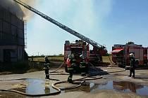 Devět hasičských jednotek likvidovalo požár seníku v Jenišovicích na Chrudimsku. Seník byl při příjezdu hasičů celý v plamenech.