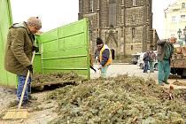 Pracovníci technických služeb v Chrudimi zlikvidovali poslední vzpomínku na vánoční období.