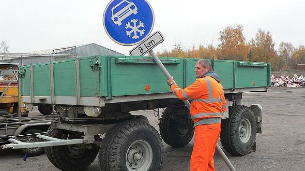 Jan Novák z cestmistrovství Hlinsko manipuluje s přivezenými značkami.