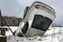 Automobil zůstal po nehodě u Lipiny doslova zapíchnutý v příkopě.