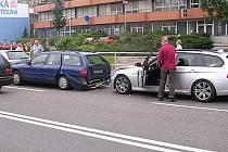 Při řetězové nehodě v Chrudimi na Palackého ulici byli zraněni dva lidé.