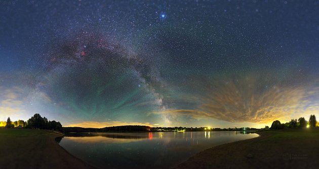 Méčná dráha a galaxie Andromeda zachycená 23. června 2015 na Seči