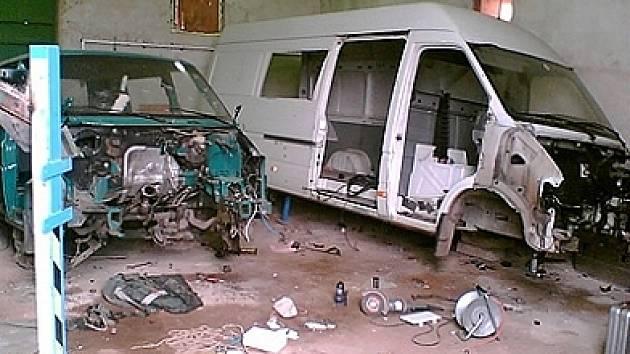 Vozy končily v zemědělském objektu, kde byly rozebírány.