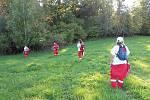 Tým Českého červeného kříže z Chrudimi při cvičení záchranářu.