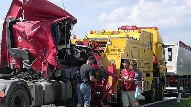 Z kamionu zbyl jenom vrak.