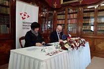 Ředitelka Národního památkového ústavu Naďa Goryzcková a ministr kultury Daniel Herman podepisují dotaci z evropských fondů
