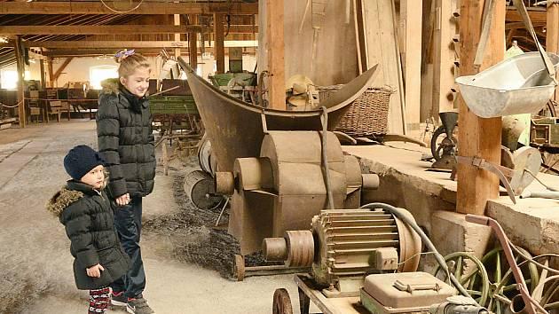 Nejmladší návštěvníci mnohdy netuší, k čemu vystavené předměty a stroje sloužily. Průvodce jim ale vše vysvětlí.