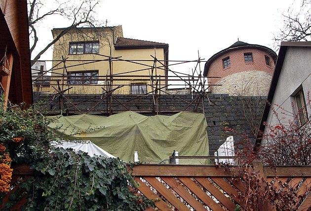 Opravy hradeb v Lázeňské ulici.