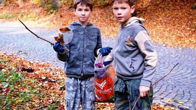 Třemošnické sdružení Čtyřlístek se pustilo do tradičního podzimního úklidu Hedvičina údolí.