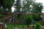 Obyvatelé domů u Žejbra v Podlažicích se kvůli škodám napáchaným vichřicí sešli se zásupci Povodí Labe a odboru životního prostředí chrudimského městského úřadu.