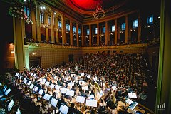 Filmová filharmonie s dirigentem Chuheiem Iwasakim je symfonickým orchestrem
