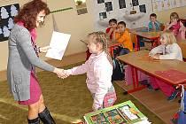 Děti ze třídy 1.A chrudimské ZŠ na Školním náměstí se na vysvědčení těšily.