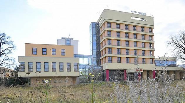 Hotel Bohemia nefunguje a jeho okolí zarůstá plevelem.