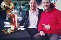 DOSOUDIL  (vpravo) si osahal cenu pro vítěze NBA, kterou do země klokanů zavezl bývalý hráč Clevelendu Delavedova.