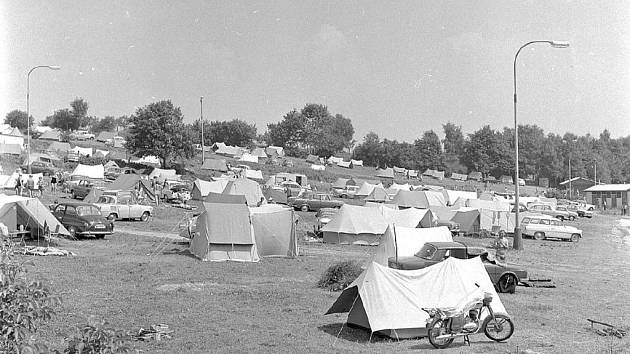 STANOVÉ MĚSTO u přehrady na Seč bylo v sedmdesátých a osmdesátých letech skutečně rozsáhlé. Tento snímek pochází z 1. srpna roku 1970.