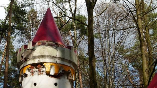 Oblíbený Kočičí hrádek v lesích u Slatiňan se stal terčem neznámého vandala.