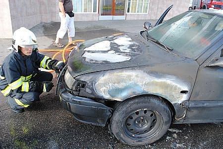 V neděli 19. června v 17.51 hodin vyjížděli hasiči k požáru osobního automobilu Volkswagen Passat v Chrudimi u katastrálního úřadu.