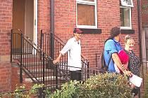 ÚČASTNÍCI stáže před azylovým domem pro muže.