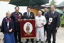 Mužná těla topolských hasičů zvítězila v celostátní hasičské soutěži, sbor se pyšní vyšívanou vlajkou svatého Floriána.