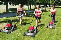 Chrastecké ženy se sekačkami. Potkat je můžete například v zámeckém parku nebo na travnatých plochách v oblasti chrasteckých Lipek.