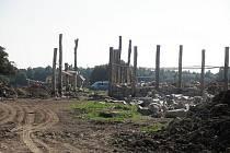 Práce na stavbě Kelstského archeoskanzenu v závěru léta 2011.