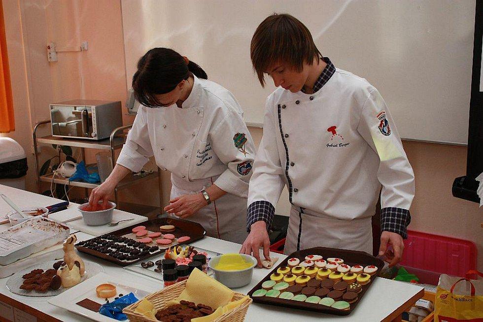 Praktický cukrářský seminář s názvem Velikonoční pečení se konal objektu SOŠ a SOU obchodu a služeb v Chrudimi.